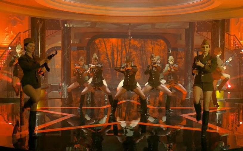 """Fani filmów Patryka Vegi, którzy są przyzwyczajeni do pościgów, strzelanin i bójek, nowe dzieło tego reżysera może mocno zaskoczyć. Twórca zdradził bowiem, że w filmie """"Pętla"""", który jest inspirowany tzw. """"aferą podkarpacką"""", będą spektakularne sceny taneczne. W jednej z nich reżyser ubrał tancerki w rosyjskie mundury i dał im kałasznikowy."""