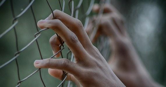 42-letni dziś warszawiak ma na swoim koncie rozbój, kradzież, paserstwo i wiele innych przestępstw. Był poszukiwany dwoma listami gończymi i Europejskim Nakazem Aresztowania. Ukrywał się przez 13 lat. Jak się okazało, podawał się za swego brata bliźniaka. Stołeczni policjanci namierzyli go w więzieniu w Szwecji – pisze Onet.