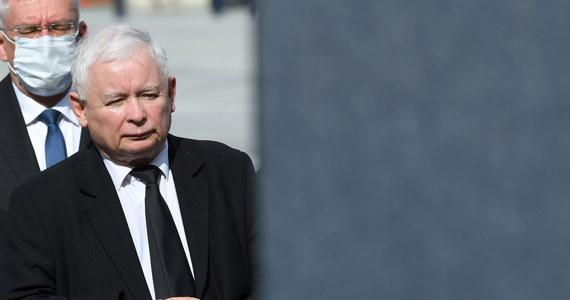 """""""II tura wyborów prezydenckich to była walka jeden przeciwko wszystkim, przy niezwykle ostrej kampanii, często łamiącej wszelkie zasady, dlatego zwycięstwo Andrzeja Dudy bardzo mnie cieszy; liczę na dalszą dobrą współpracę z prezydentem"""" - podkreślił w wywiadzie dla PAP prezes PiS Jarosław Kaczyński. Zwrócił też uwagę, że sytuacja w polskich mediach powinna ulec zmianie, ale zapewnił, że PiS nie zrobi niczego co godziłoby w wolność mediów. Poinformował też, że wkrótce odbędą się wybory władz centralnych PiS."""