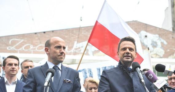 """Platforma Obywatelska potrzebuje nowego programu - uważa Rafał Trzaskowski. """"Na pewno musimy się otworzyć na nowych ludzi, nowe pomysły"""" - stwierdził prezydencki kandydat Koalicji Obywatelskiej w rozmowie z TVN24. Podkreślał również, że """"nie wolno się dzisiaj obrażać"""" na tych, którzy zagłosowali na Andrzeja Dudę. O konieczności przeanalizowania błędów kampanii mówił z kolei w Polsat News przewodniczący PO Borys Budka. Zaznaczył, że Koalicję Obywatelską czeka """"dużo pracy na Wschodzie"""" oraz że konieczna jest większa osobista praca polityków w terenie i ich większa aktywność w internecie."""