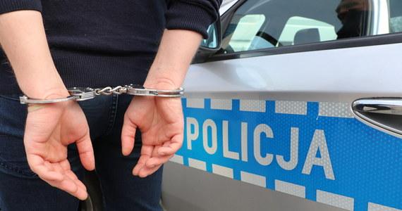 Wolscy policjanci zatrzymali podejrzanego o kradzież z włamaniem do pojazdu. 33-latek licząc, że uniknie odpowiedzialności karnej, ukrył się przed funkcjonariuszami w wersalce – poinformowała w środę komisarz Marta Sulowska z Komendy Rejonowej Policji Warszawa IV.