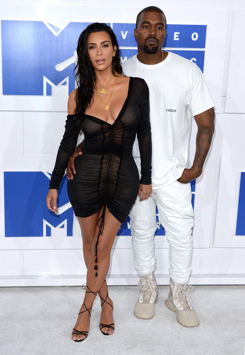 """Kanye West po dwóch tygodniach od ogłoszenia swojej kampanii prezydenckiej, miał wycofać się z walki o fotel prezydenta Stanów Zjednoczonych - tak w rozmowie z magazynem """"The Intelligencer"""" stwierdził jeden z członków jego sztabu wyborczego."""