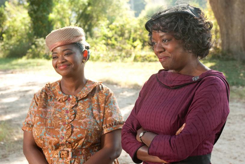 """Jednym z efektów antyrasistowskich protestów w Stanach Zjednoczonych jest trwająca w tym kraju dyskusja na temat filmów, które dotyczą historii afroamerykańskiej społeczności i rasizmu. Jednym z budzących największe spory dzieł jest dramat Tate'a Taylora """"Służące"""". Teraz do narastających wokół tej produkcji kontrowersji odniosła się Viola Davis, która zagrała w """"Służących"""" jedną z głównych ról. Przyznała, że udział w tym filmie uważa dziś za zdradę własnych wartości i przekonań."""