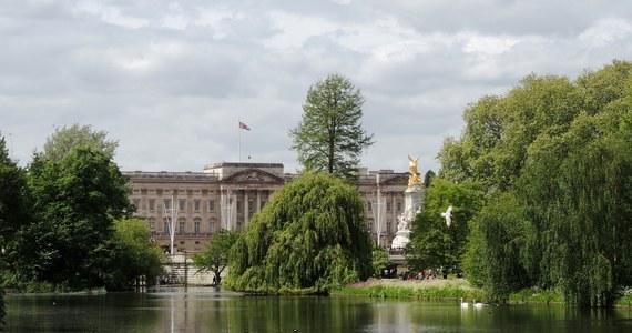 Gin firmowany przez Pałac Buckingham hitem sezonu. Uzyskane z jego sprzedaży pieniądze zasilą organizację opiekującą się królewską kolekcją sztuki.