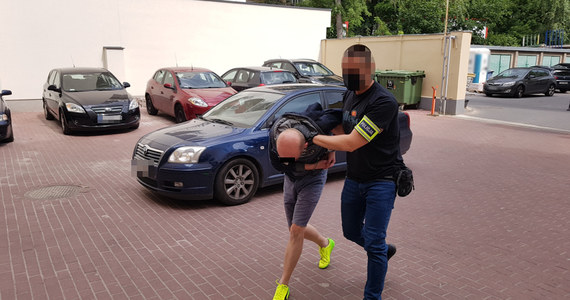 Chciałem rozładować emocje - tak tłumaczył swój czyn 41-letni mężczyzna, zatrzymany przez policję za strzelanie w okna siedziby SLD w Warszawie, w których wisiał plakat z Robertem Biedroniem. Dziś prawdopodobnie usłyszy zarzuty. Jak ustalił nieoficjalnie Onet, mężczyzna jest czynnym lekarzem psychiatrą.