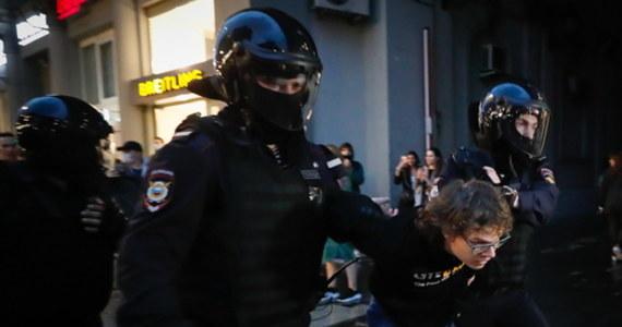 """Ponad 100 ludzi zatrzymała policja w Moskwie podczas akcji zbierania podpisów pod żądaniem anulowania zmian w konstytucji. Wśród zatrzymanych są dziennikarze. Akcja przebiegała pod hasłem: """"'NIE' dla wiecznego Putina"""". Chodzi o poprawkę do konstytucji, która daje obecnemu prezydentowi Władimirowi Putinowi prawo ubiegania się o kolejne kadencje."""