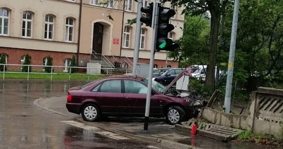 13-latek z Wałbrzycha wsiadł za kierownicę samochodu osobowego, a po przejechaniu kilkuset metrów uderzył pojazdem w betonowy płot. Na szczęście w tym zdarzeniu ani on, ani nikt inny nie ucierpiał. Okazało się, że nieletni chwilę wcześniej ukradł pojazd sąsiadce. Sprawa trafi teraz do sądu rodzinnego.