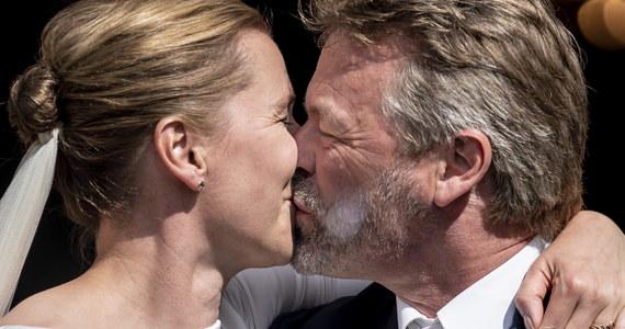 """Do trzech razy sztuka. Najpierw na przeszkodzie stanęły wybory parlamentarne, potem wybuchła epidemia koronawirusa. W końcu w środę w całkowitej tajemnicy przed światem 42-letnia premier Danii Mette Frederiksen powiedziała sakramentalne """"tak"""". Jej serce skradł 55-letni fotograf Bo Tengberg."""