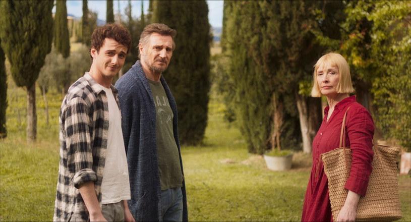 """Liam Neeson, tym razem w cudownej, komediowej odsłonie, w rozgrzewającej serce opowieści o tym, że w malowniczej Toskanii... wszystko można zacząć od nowa! """"Włoskie wakacje"""" już w sierpniu w kinach!"""