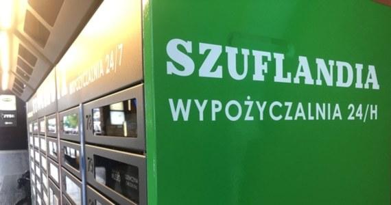 Szuflandia, czyli czynna przez całą dobę, siedem dni w tygodniu, pierwsza w Polsce samoobsługowa biblioteka, od dziś działa w rynku łódzkiej Manufaktury. Wypożyczalnia książek to prototyp, który ma pomóc dotrzeć do jeszcze większej liczby odbiorców. Żeby otworzyć szufladkę z jedną z prawie 100 książek, wystarczy mieć kartę biblioteczną.