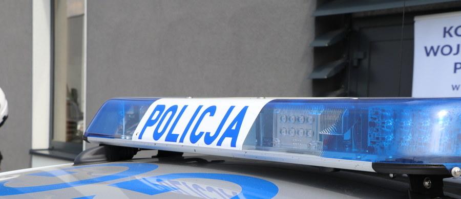 Policjanci w Warszawie zatrzymali młodego mężczyznę, który - według ich ustaleń - we wtorkowy wieczór pobił na przystanku autobusowym w Wieliczce nauczyciela za to, że ten stanął w obronie czarnoskórego obcokrajowca. Po pobiciu jeden z dwóch napastników opublikował w sieci filmik, chwaląc się tym, co zrobili.