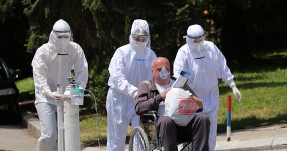 Minister nauki Hiszpanii Pedro Duque ogłosił, że w jego kraju prowadzonych jest pięć bardzo zaawansowanych prac nad szczepionką przeciw koronawirusowi. Zapowiedział, że na jesieni Hiszpania może stać się znaczącym dostawcą szczepionki z wielomilionową produkcją. W sumie na całym świecie w fazie badań klinicznych jest obecnie ponad 20 szczepionek. Niektóre z nich jeszcze pod koniec lipca mają wejść w trzecią, decydującą fazę badań.