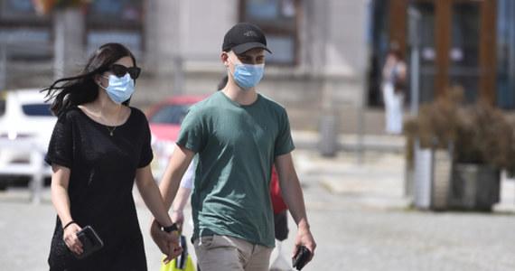 """W Stanach Zjednoczonych odnotowano w ciągu ostatniej doby rekordowy przyrost nowych zakażeń wynoszący 75 255 przypadków. Tym samym został pobity tragiczny """"rekord"""" z piątku, gdy Uniwersytet Johnsa Hopkinsa w Baltimore informował o 69 070 zakażeniach koronawirusem."""