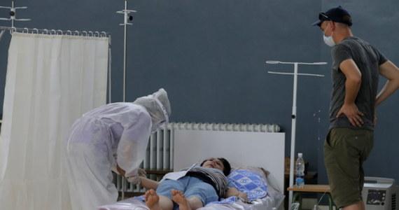Chorzy leczeni z powodu infekcji koronawirusem na intensywnej terapii umierają prawie o jedną trzecią rzadziej niż na początku pandemii. To wynik analizy danych z trzech kontynentów przeprowadzonej przez naukowców z brytyjskich ośrodków naukowych.
