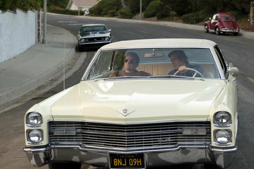 """W sierpniu odbędzie wyjątkowa aukcja eksponatów filmowych. Chodzi o samochody z filmu """"Pewnego razu... w Hollywood"""": niebieskiego Volkswagena Karmann Ghia z 1968 r. i żółtego Cadillaca Coupe de Ville z 1966 r. W filmie oba samochody prowadził Brad Pitt, który wcielił się w rolę Cliffa Bootha, kaskadera i przyjaciela Ricka Daltona (Leonardo DiCaprio). Wartość samochodów szacuje się odpowiednio na 20-30 tys. dolarów i 45-55 tys. dolarów."""