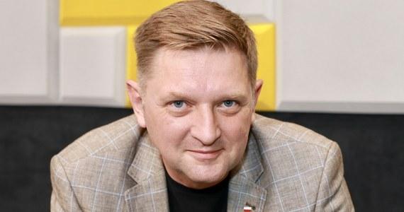"""""""Borys Budka pomylił wrogów, lewica nie jest wrogiem. Próba przerzucenia porażki Rafała Trzaskowskiego na lewicę przez niektórych polityków Platformy Obywatelskiej jest po prostu bardzo przykra. Ja ostatnie dwa tygodnie kampanii spędziłem razem z Michałem Kamińskim wspierając Rafała Trzaskowskiego. Nikt mnie o to nie prosił, zrobiłem to z własnej woli i dzisiaj jak czytam, że to przez lewicę Rafał Trzaskowski przegrał, to po prostu robi mi się bardzo przykro. To jest nieprawda""""- powiedział w Rozmowie w samo południe w RMF FM poseł Lewicy Andrzej Rozenek. """"Już pierwszego czy drugiego dnia po I turze Robert Biedroń wyraźnie poparł Rafała Trzaskowskiego. Nie było żadnych wątpliwości, że go popiera"""" – dodał."""