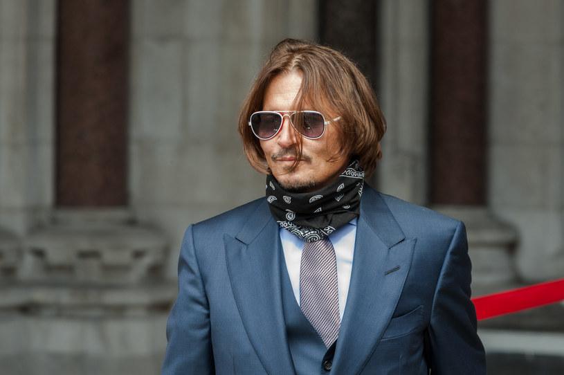 """Podczas procesu, który Johnny Depp wytoczył wydawcy gazety """"The Sun"""", na jaw wychodzą kolejne rewelacje dotyczące jego burzliwego małżeństwa z Amber Heard. Teraz dowiedzieliśmy o tym, że podczas jednej ze scysji, do jakiej doszło między małżonkami, Heard wyrzuciła telefon Deppa przez balkon. Gadżet został znaleziony przez bezdomnego..."""