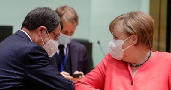 Korkowe pudełko z zestawem różnokolorowych masek ochronnych, portret, czy flakonik olejku różanego - takie prezenty pojawiły się w kuluarach szczytu Unii Europejskiej w Brukseli. Kanclerz Niemiec Angela Merkel kończy w piątek 66 lat, a premier Portugalii Antonio Costa - 59.