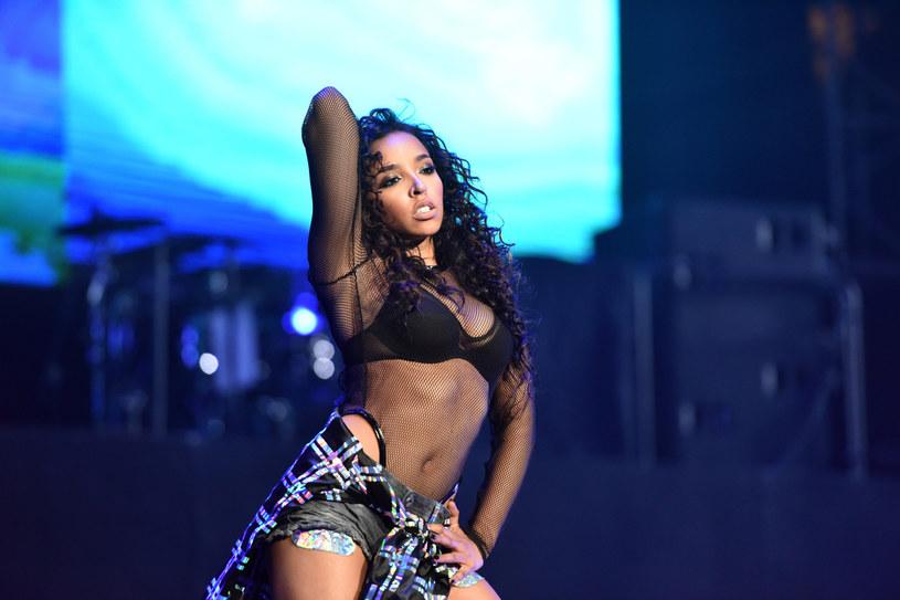 """Tinashe zaprezentowała nowy teledysk do singla """"Rascal (Superstar)"""". Wokalistka zaprezentowała się w zaskakującej blond odsłonie."""