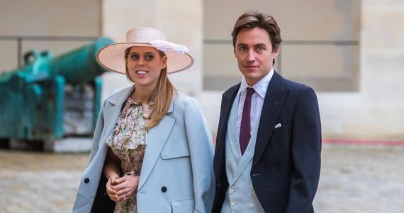 Brytyjska księżniczka Beatrycze, starsza córka księcia Andrzeja i księżnej Yorku Sarah Ferguson, poślubiła w Windsorze swojego narzeczonego Edoardo Mapellego Mozziego. Jak poinformował Pałac Buckingham, ceremonia, zorganizowana zgodnie z wytycznymi związanymi z pandemią koronawirusa, miała kameralny charakter. Już wcześniej jednak planowano, że ślub nie będzie wystawną uroczystością: uważa się, że decyzja ta spowodowana była kłopotami wizerunkowymi ojca Beatrycze, księcia Andrzeja, zamieszanego w pedofilski skandal wokół amerykańskiego finansisty Jeffreya Epsteina.