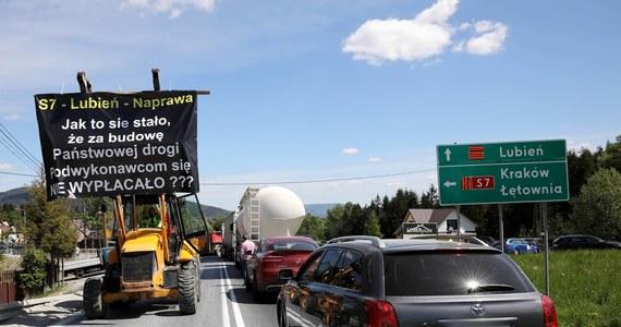 GDDKiA odstąpiła od umowy z polsko-ukraińskim konsorcjum IDS-BUD i ALTIS-HOLDING - wykonawcą odcinka drogi ekspresowej S7 Lubień – Naprawa, czyli zakopianki. Dotychczas kierowcy mogą jeździć po jednej nitce tego odcinka – poinformowała GDDKiA.