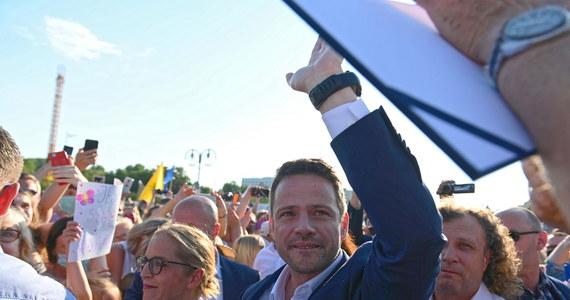 """""""Nie wolno nam składać broni (…). Podejmuję się stworzenia ruchu obywatelskiego, dlatego że partie nie wystarczą"""" – ogłosił Rafał Trzaskowski w czasie wiecu w Gdyni, kończącego oficjalnie jego kampanię prezydencką. """"Jeżeli nie chcecie się zapisać do partii politycznej, to chodźmy razem, stwórzmy ruch obywatelski, który razem z samorządami, z organizacjami pozarządowymi, razem z ośrodkami analitycznymi i razem z ludźmi dobrej woli będzie tworzyć podstawy do tego, żeby bronić społeczeństwa obywatelskiego i wszystkich niezależnych instytucji. Zróbmy to razem!"""" – zaapelował polityk."""