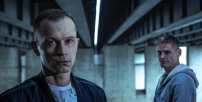 """Tomasz Komenda, główny bohater poruszającego i emocjonującego filmu Jana Holoubka jako młody chłopak trafił do więzienia. Został oskarżony i skazany za zbrodnie, których nie popełnił. W więzieniu spędził całą swoją młodość, czekając, aż sprawiedliwość znowu stanie po jego stronie. Jedyne na co mógł liczyć, to rodzina, która nigdy nie zwątpiła w jego niewinność. W piątek, 17 lipca, zadebiutował oficjalny zwiastun filmu """"25 lat niewinności. Sprawa Tomka Komendy"""". Obraz trafi na ekrany kin 18 września."""