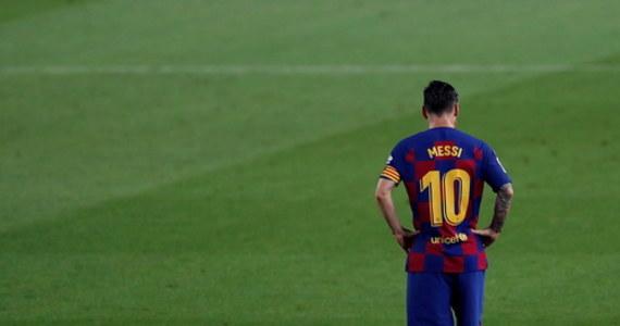 """Gwiazdor światowego futbolu i numer 1 w ekipie Barcelony Lionel Messi ostro skrytykował drużynę po tym, jak """"Duma Katalonii"""" przegrała w lidze z Osasuną, a Real Madryt zapewnił sobie tytuł mistrza Hiszpanii. """"Jesteśmy słabym zespołem. (…) Każdy z nas powinien się nad sobą zastanowić. (…) My jesteśmy Barceloną i naszym obowiązkiem jest wygrywać każdy mecz"""" - stwierdził Argentyńczyk."""