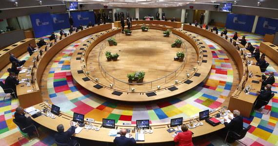 Holandia zablokowała na szczycie budżetowym UE porozumienie ws. funduszu na odbudowę gospodarki po pandemii koronawirusa - dowiedziała się od unijnego dyplomaty brukselska korespondentka RMF FM Katarzyna Szymańska-Borginon. Unijni przywódcy przerwali więc obrady, a do rozmów mają wrócić w sobotę o 11:00.
