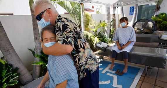 W Stanach Zjednoczonych w piątek kolejny raz odnotowano dobowy rekord wykrytych zakażeń SARS-CoV-2. W ciągu minionych 24 godzin zdiagnozowano 77 638 takie przypadki - wynika z danych Uniwersytetu Johnsa Hopkinsa w Baltimore.