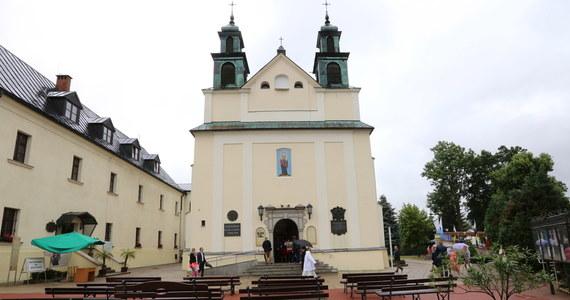 W Leśniowie w województwie śląskim zamknięto klasztor ojców Paulinów. Wszystko przez koronawirusem, którym zaraziła się jedna z zakonnic, która przebywała w Leśniowie. Kolejne zakażenia wykryto także u sióstr Obliczanek w Lublinie