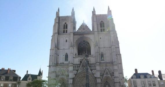 """Prokuratura w Nantes na zachodzie Francji poinformowała, że wszczęła dochodzenie """"w sprawie podpalenia"""" Katedry św. Piotra i Pawła, gdzie w sobotę rano wybuchł pożar, który udało się po ok. dwóch godzinach opanować. Do Nantes udaje się premier Francji Jean Castex i dwoje ministrów."""