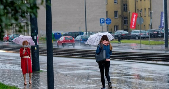 IMGW wydał w sobotę po południu ostrzeżenie pierwszego stopnia przed silnym deszczem z burzami i lokalnie gradem dla województw łódzkiego, wielkopolskiego, małopolskiego. Instytut prognozuje podobne zagrożenia także w pozostałych regionach centralnej, południowo-wschodniej i południowej Polski.