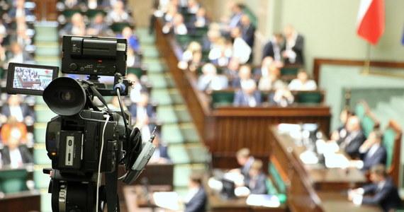 Gdyby wybory parlamentarne odbyłyby się teraz, na PiS zagłosowałoby 39,7 proc. wyborców, na KO - 28,1 proc., a na Lewicę - 9,9 proc. - wynika z sondażu IBRiS dla Onetu. W Sejmie znalazłyby się jeszcze Konfederacja (8 proc.) i PSL (5,8 proc.)