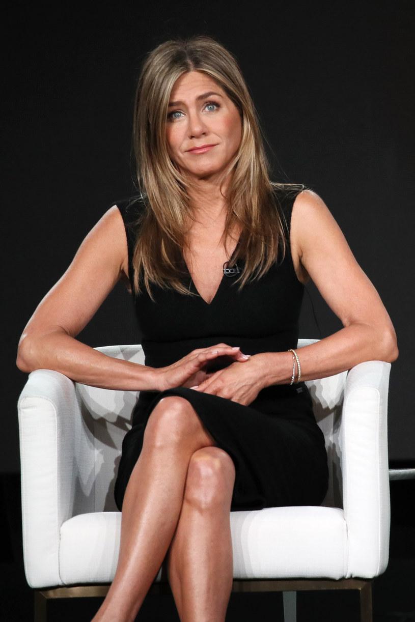 """Jennifer Aniston pokazała zdjęcie przyjaciela walczącego o życie pod respiratorem. Młody mężczyzna, którego zdjęcie udostępniła aktorka, jest zarażony koronawirusem i walczy o życie. Aniston odwiedziła go w szpitalu razem z Courteney Cox, inną gwiazda serialu """"Przyjaciele"""". Teraz obie uznały, że warto pokazać, jak wygląda walka z chorobą, żeby przekonać swoich fanów, że zagrożenie ze strony COVID-19 jest realne i bardzo poważne."""