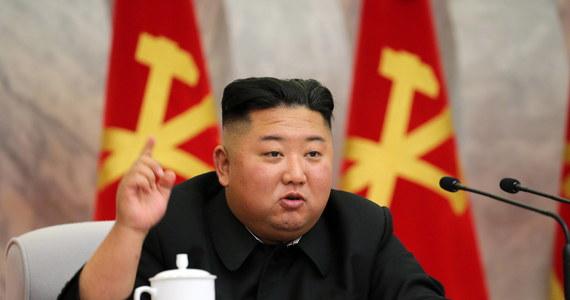 Przywódca Korei Płn. Kim Dzong Un odwiedził teren budowy nowego szpitala w Pjongjangu i zapowiedział wymianę wszystkich kierujących nią urzędników.  Wytknął im niedbalstwo w organizacji budżetu – podała oficjalna północnokoreańska agencja KCNA.