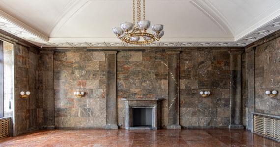 Ponad 2 000 metrów kwadratowych kamiennych posadzek, 200 kinkietów, 90 par drzwi, sztukaterie na sufitach i ścianach, balustrady i boazerie – to tylko kilka elementów wystroju wnętrz dawnego Zamku Cesarskiego w stolicy Wielkopolski, poddanych konserwacji przez ostatnie dwa lata. Już można podziwiać efekty w jednej z największych instytucji kultury w kraju.