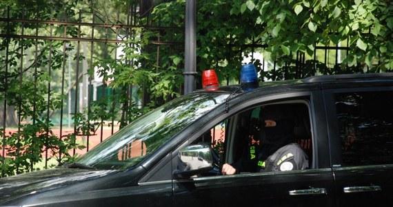 Centralne Biuro Antykorupcyjne zatrzymało płk. Dariusza Z., byłego dowódcę JW GROM pod zarzutem korupcji. Zatrzymani zostali także były minister transportu Sławomir Nowak oraz gdański przedsiębiorca Jacek P. Szczegóły nadal nie są znane. W środowisku żołnierzy jednostki jednak zawrzało. Jak pisze Onet, byli żołnierze GROM-u nie wierzą w winę pułkownika i twierdzą, że sprawa ma podłoże polityczne. Ich były dowódca nigdy nie ukrywał, że jest związany ze środowiskiem opozycyjnej Platformy Obywatelskiej.