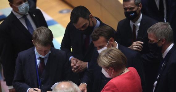 """Unijni przywódcy nie zrezygnowali na szczycie budżetowym w Brukseli z uzależnienia wypłat unijnych pieniędzy od przestrzegania przez kraj członkowski zasad praworządności. W projekcie porozumienia, do którego dotarła korespondentka RMF FM Katarzyna Szymańska-Borginon, czytamy, że """"Rada Europejska podkreśla wagę przestrzegania praworządności"""", a także, że """"ustanowiony zostanie system warunkowości, który ma chronić unijny budżet i Fundusz Odbudowy"""". Co jednak ciekawe, polscy dyplomaci próbowali przekonywać naszą korespondentkę, że """"polsko-węgierskie postulaty zostały przyjęte"""", a """"z pierwotnej propozycji Michela niewiele zostało""""."""