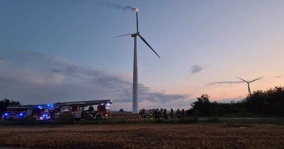 Dopiero nad ranem udało się ugasić wiatrak prądotwórczy w Ciołkowie koło Gostynia w Wielkopolsce. Jedno ze śmigieł urządzenia wczoraj wieczorem zapaliło się, najprawdopodobniej po uderzeniu pioruna.