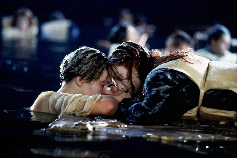 """Blisko 25 lat po premierze """"Titanica"""" Jamesa Camerona wciąż żywe wśród fanów pozostało pytanie o zakończenie filmu. Wielu z nich po dziś dzień zastanawia się, dlaczego bohater grany przez Leonardo DiCaprio nie wdrapał się na drzwi obok swojej ukochanej, w którą wcielała się Kate Winslet. Zdaniem wielu fanów filmu było tam dostatecznie dużo miejsca na to, by uratowali się oboje. Teraz odpowiedzi na to pytanie udzieliła Beth Medeiros, użytkowniczka TikToka, która publikuje tam pod pseudonimem mrsmedeiros."""