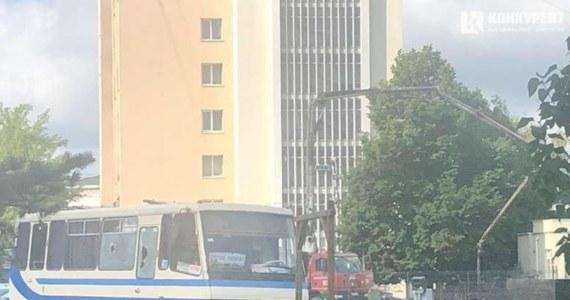 """W Łucku na zachodzie Ukrainy mężczyzna przetrzymuje zakładników. To pasażerowie autobusu. Napastnik jest uzbrojony. Twierdzi, że ma przy sobie materiały wybuchowe i grozi wysadzeniem pojazdu w powietrze. Wśród pasażerów mają być kobiety w ciąży oraz dzieci. Na miejscu jest policyjny oddział specjalny. Trwają negocjacje z porywaczem. To Maksim Krywosz, o którym ukraińskie służby informują, że leczy się psychiatrycznie. W opublikowanym w internecie nagraniu porywacz żąda od najważniejszych osób w państwie, w tym prezydenta """"przyznania się do tego, że są terrorystami""""."""