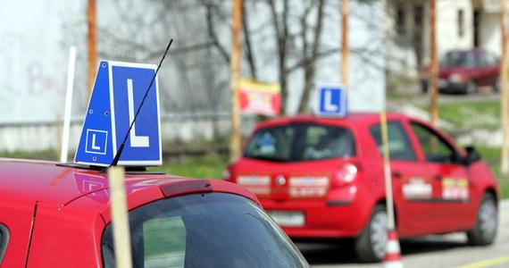Po potwierdzeniu zakażenia SARS-CoV-2 u jednej z egzaminatorek Wojewódzki Ośrodek Ruchu Drogowego w Poznaniu zawiesił działalność do odwołania. Według wstępnych ustaleń ok. 20 osób zostanie poddanych kwarantannie.