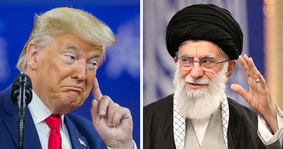 Na zabójstwo Kasema Sulejmaniego Iran odpowie uderzeniem w Amerykę - oświadczył najwyższy przywódca Iranu Ali Chamenei w trakcie spotkania z premierem Iraku Mustafą al-Kazimim. Wypowiedź ajatollaha cytuje za jego oficjalną stroną internetową Reuters. Generał Kasem Sulejmani, dowódca elitarnych oddziałów irańskiej Gwardii Rewolucyjnej, zginął na początku stycznia w amerykańskim ataku rakietowym. Rozkaz zabicia wojskowego wydał prezydent USA Donald Trump.