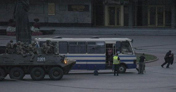 Uzbrojony terrorysta, który przez ponad 12 godzin przetrzymywał zakładników w autobusie w Łucku, poddał się po szturmie sił bezpieczeństwa i został zatrzymany. Uwolniono wszystkich zakładników, nikt nie został ranny. Wcześniej policja w Łucku ewakuowała mieszkańców domów znajdujących się pobliżu uprowadzonego autobusu. Służby potwierdziły, że terrorysta to leczący się psychiatrycznie Maksim Krywosz.