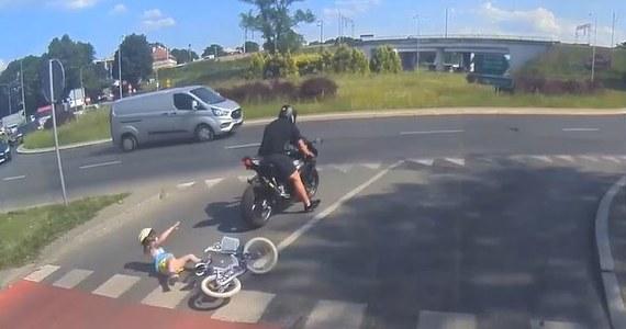 25 czerwca na rondzie Ofiar Katastrofy Smoleńskiej w Olsztynie motocyklista potrącił kilkuletnią dziewczynkę, która przejeżdżała rowerem przez jezdnię tak zwaną śluzą rowerową. Dziecku na szczęście nic poważnego się nie stało.