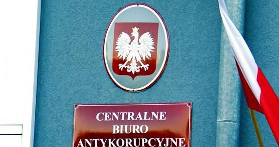 Funkcjonariusze delegatury Centralnego Biura Antykorupcyjnego w Warszawie zatrzymali trzy osoby w sprawie korupcji w Starostwie Powiatowym w Wołominie.