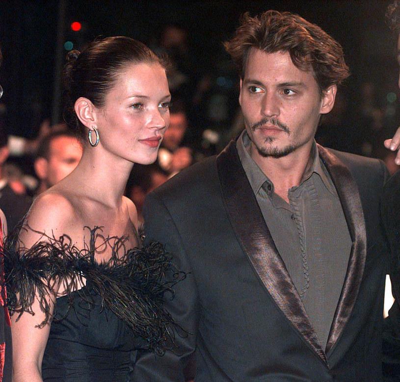 """Trwa proces, który Johnny Depp wytoczył wydawcy tabloidu """"The Sun"""" za to, że gazeta nazwała go """"żonobijcą"""". Od dwóch dni przed sądem zeznaje była żona gwiazdora. W poniedziałek, 20 lipca, aktorka powiedziała m.in., że jej Depp nie tylko ją bił, ale również groził jej śmiercią. Teraz stwierdziła, że nie tylko ona była jego ofiarą. Według jej słów, aktor zepchnął ze schodów Kate Moss, kiedy ta była jego dziewczyną."""