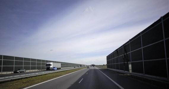 W związku z budową wiaduktu na autostradzie A1 w okolicach Piotrkowa Trybunalskiego (Łódzkie) pojawią się kolejne ograniczenia w ruchu. W nocy ze środy na czwartek w tym miejscu czasowo będzie wstrzymywany ruch w obu kierunkach.