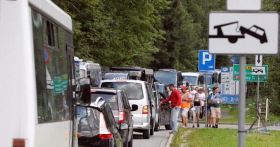 W środę na najpopularniejszym szlaku w Tatrach – w kierunku Morskiego Oka, panuje bardzo duży ruch turystyczny. Już we wtorek były zarezerwowane wszystkie miejsca parkingowe przy szlaku. Mimo to turyści swoimi samochodami usiłują się dostać jak najbliżej wejścia do parku.